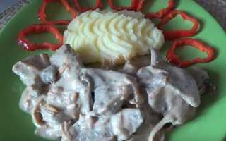 Свиная печень в сметане (21 фото): как вкусно приготовить тушеную печенку на сковороде с подливой или в соусе?
