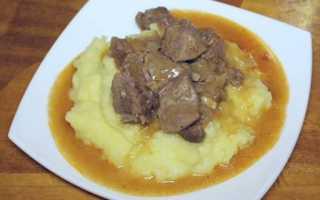 Гуляш из говяжьего сердца (11 фото): рецепт приготовления блюда с подливой и баклажанами в мультиварке